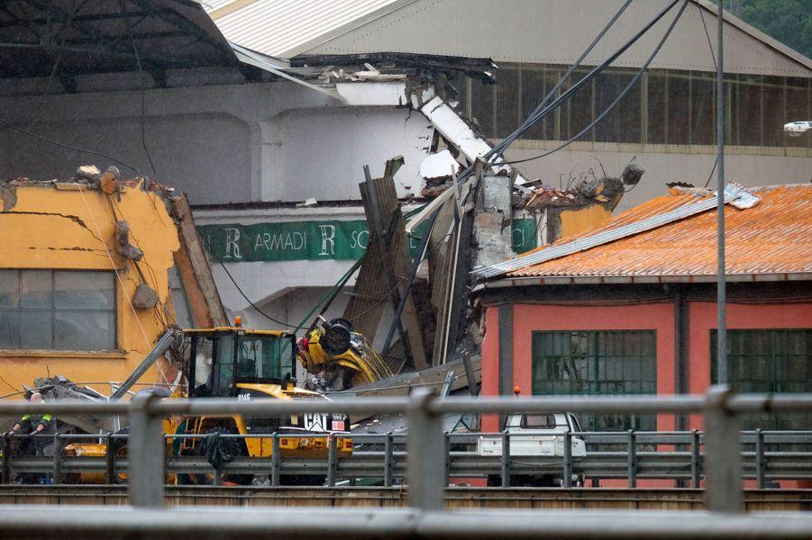 De nombreux véhicules sont tombés lors de l'effondrement du pont Morandi, mardi à Gênes.