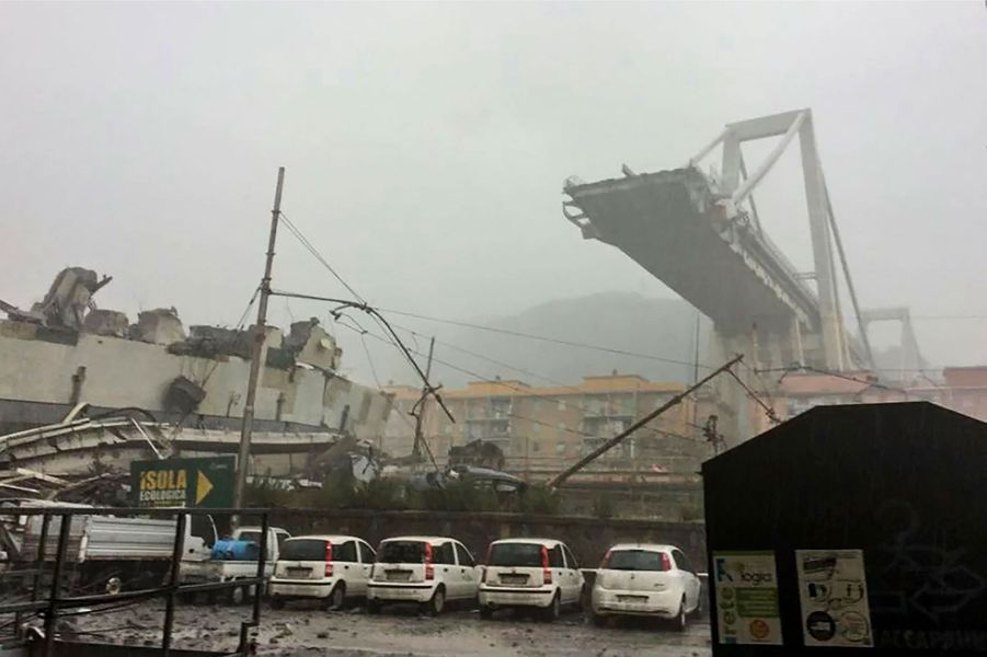 Le pont Morandi à Gênes après l'effondrement, mardi.
