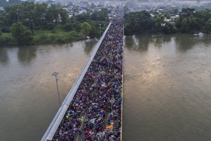Sur le pont rejoignant le Guatemala et le Mexique, des milliers de migrants attendant que les autorités mexicaines ouvrent le passage, en octobre 2018.