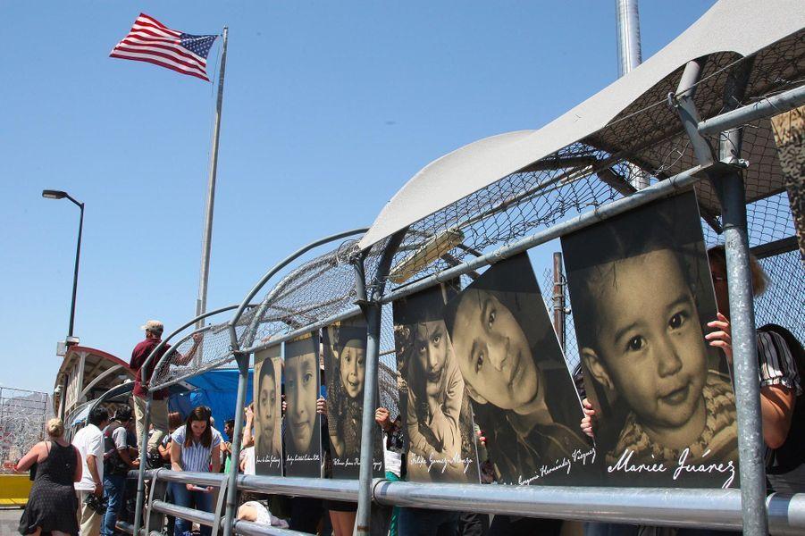 Des membres duHope Border Institute montrent les photos des enfants morts en tentant de rejoindre les Etats-Unis, le long de la frontière mexicaine à Ciudad Juarez, en juin 2019.