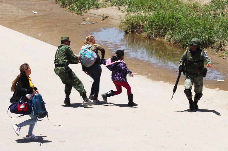Des policiers mexicains arrêtent une famille qui tentait de traverser le Rio Grande à Ciudad Juarez, en juin 2019.