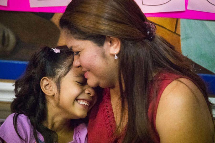 Retrouvailles entre Cindy Madrid et sa fille Allison à Houston, au Texas, en juillet 2018. Elles ont passé plus d'un mois séparées en vertu de la loi séparant les familles traversant illégalement la frontière.