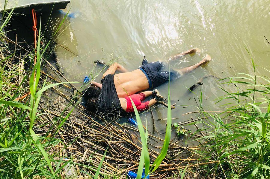 Oscar Alberto Martínez Ramírez et sa fille Valeria sont morts noyés, alors qu'ils tentaient de traverser le Rio Grande pour rejoindre les Etats-Unis, en juin 2019.