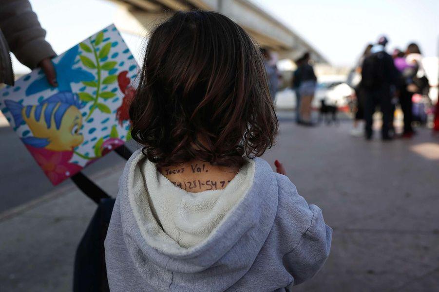 A Tijuana, une fillette sur laquelle sa mère a écrit ses coordonnées, juste avant de déposer une demande d'asile aux Etats-Unis, en avril 2019.