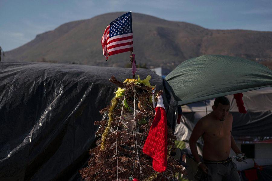 Un sapin de Noël avec le drapeau américain installé dans un camp provisoire pour les migrants centraméricains àEl Barretal, au Mexique, en décembre 2018.