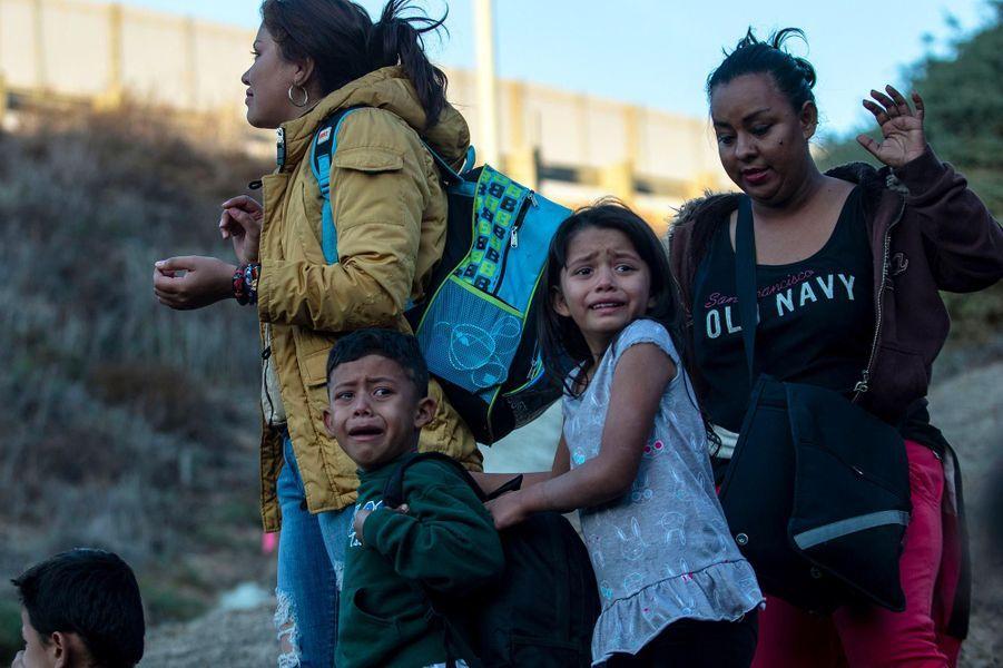 Des migrants se rendent à la police aux frontières àPlayas de Tijuana, au Mexique, en décembre 2018.
