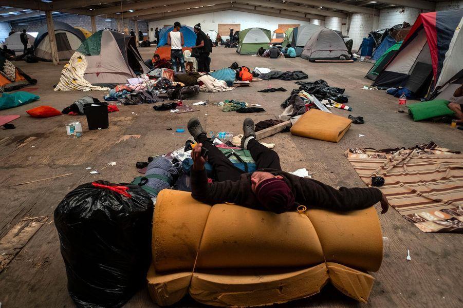 Des migrants centraméricains dorment dans un foyer de fortune à Tijuana, au Mexique, en janvier 2019.