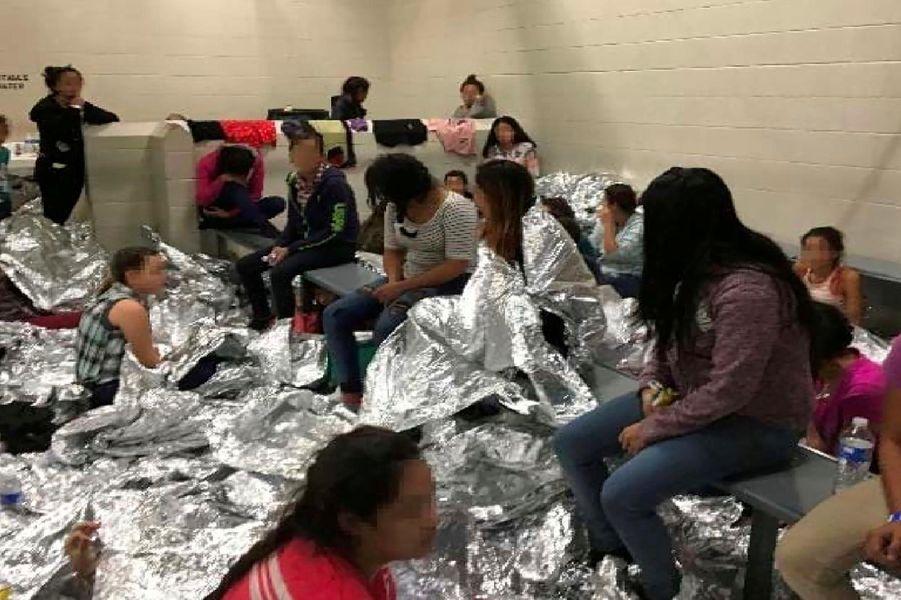 Les images publiées par le DHS montrant les conditions de détention des migrants arrêtés à la frontière américaine dans le centre de McAllen, au Texas.