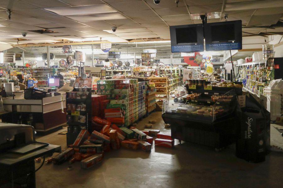 Dans un supermarché de Ridgecrest, en Californie, après le séisme de vendredi.