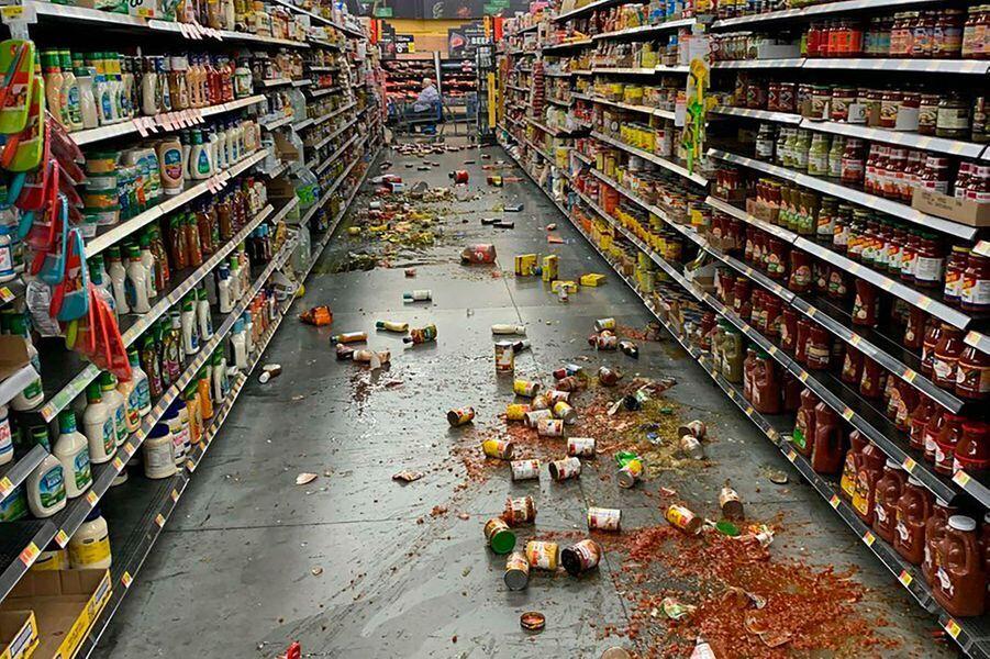 Les allées d'un supermarché Walmart à Yucca Valley, en Californie, après le séisme de vendredi.