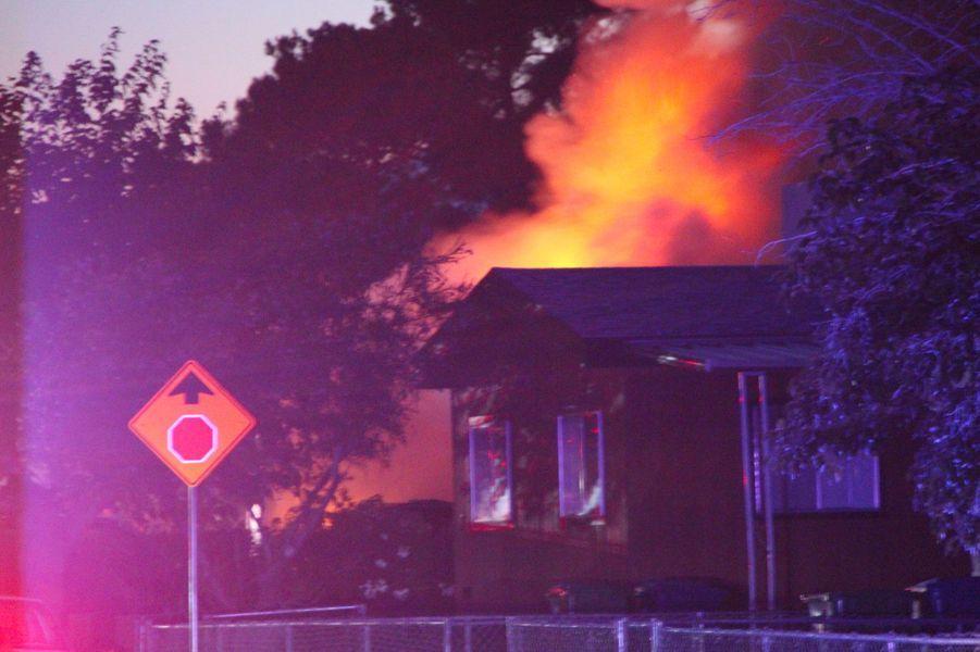 Une maison en feu à Ridgecrest, en Californie, après le séisme de vendredi.