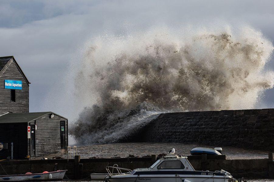 La mer déchaînée à l'approche de Dennis, àLyme Regis, Angleterre