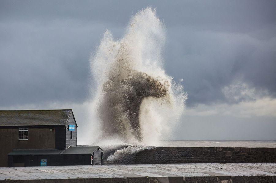 La mer déchaînée à l'approche de Dennis, à Lyme Regis, Angleterre