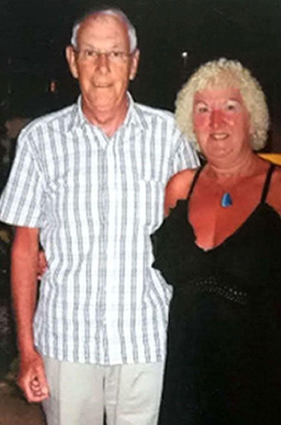 Sa femme a survécu, lui n'a pas eu cette chance. Bruce Wilkinson, retraité de 72 ans originaire de Goole en Angleterre, a perdu la vie dans l'attentat de vendredi, tué sur la plage. Selon «The Guardian», qui cite un communiqué, sa famille pleure la perte d'un«mari, père et grand-père dévoué». «Bruce était un homme gentil, compatissant, avec le sens de l'humour. Il était amusant et il manquera profondément à ses amis et sa famille», ajoute le texte.Cet ancien employé d'une centrale électrique pose ici avec sa femme Rita, lors de vacances en Tunisie en 2013.