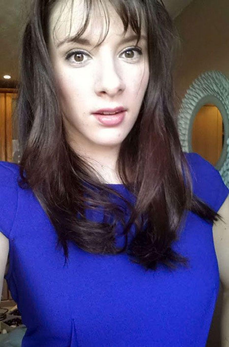 Originaire de Gainsborough, localité du Lincolnshire en Angleterre,Carly Lovett, 24 ans, était photographe et tenait un blog mode et beauté. Cette photo est d'ailleurs issue de son site. «J'aime beaucoup la beauté, j'aime essayer de nouvelles choses et expérimenter», écrivait-elle sur son blog, précisant qu'à ses yeux, «la beauté ne doit pas signifier conformité».La jeune femme a également étudié à l'Université de Lincoln, dont elle est sortie diplômée en 2013. L'établissement lui a rendu hommage à l'annonce de sa mort.Avec son petit ami, Liam, elle était arrivée en Tunisie mercredi pour un séjour de deux semaines, rapporte «Mirror».Le couple s'était fiancé à Noël dernier, après près de dix ans passés ensemble.