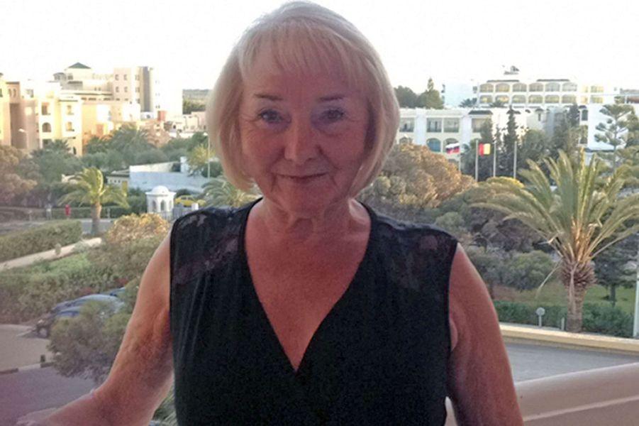 «Nous sommes dévastés par la perte tragique de la plus belle, étonnante, bienveillante et douce personne de nos vies. Nous avons un énorme trou dans nos cœurs», a déclaré la famille de Lisa Burbidge, rapporte «The Newcastle Chronicle».Agée de 60 ans, elle était grand-mère de quatre petits-enfants et passait des vacances en famille près de Sousse. Selon le journal, la sexagénaire qui vivait à Whickham, au nord-est de l'Angleterre, s'est déjà rendu six fois dans la station balnéaire.Sur la page Facebook du journal, Chloé,une de ses petites filles a écrit: «Mon ange, ma meilleure amie, je t'aimerais toujours grand-mère, repose en paix».