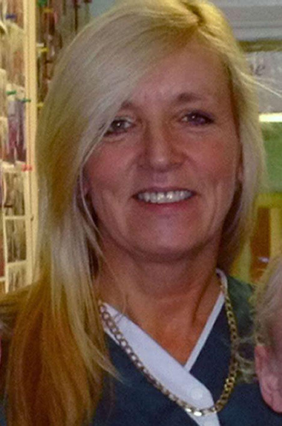 Trudy Jones, 51 ans, a été abattue sur la plage. Cette mère de quatre enfants, originaire de Blackwood au Pays de Galles, était en vacances en Tunisie avec des amis. Dans un communiqué, rapporte «The Guardian», sa famille rend hommage à cette «personne attentionnée qui fait passer les autres avant elle». La quinquagénaire, qui travaillait dans un établissement de soins, est décrite comme une personne «toujours prête à aider», le «roc de (sa) famille». «Aucun de nous n'a la moindre idée de comment nous allons faire face sans elle», poursuivent ses proches. Résidents et membres du personnel de la maison de soins où elle travaillait sont eux aussi en état de choc après la mort de Trudy Jones, «très vive» et «toujours souriante».