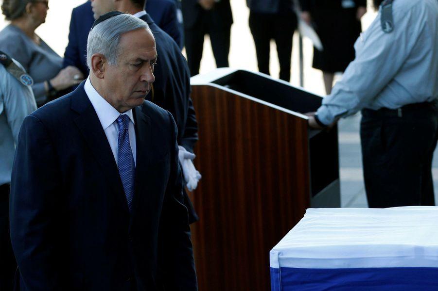 Benjamin Netanyahu devant le cercueil de Shimon Peres, exposésur le parvis du Parlement à Jérusalem.