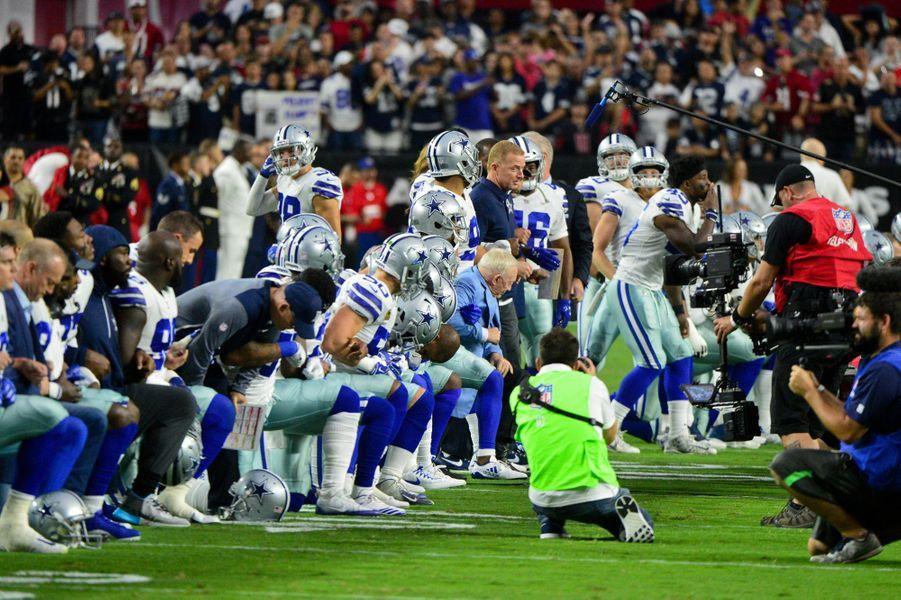Les joueurs des Dallas Cowboys s'agenouillent, le 25 septembre 2017.