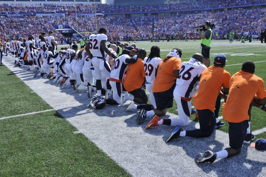 Les joueurs des Denver Broncos s'agenouillent, le 24 septembre 2017.