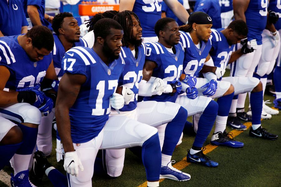 Les joueurs des Indianapolis Colts s'agenouillent, le 24 septembre 2017.