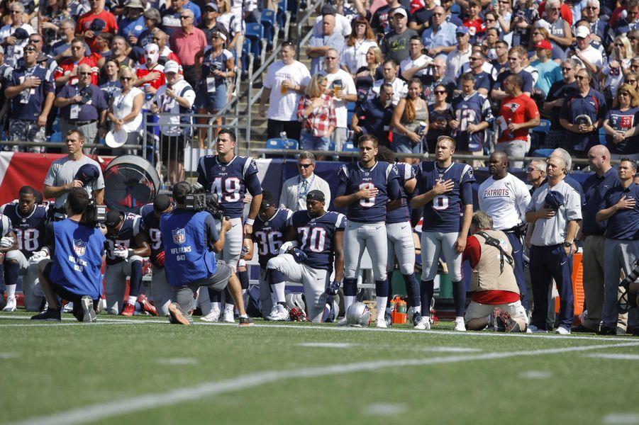 Les joueurs des New England Patriots s'agenouillent, le 24 septembre 2017.