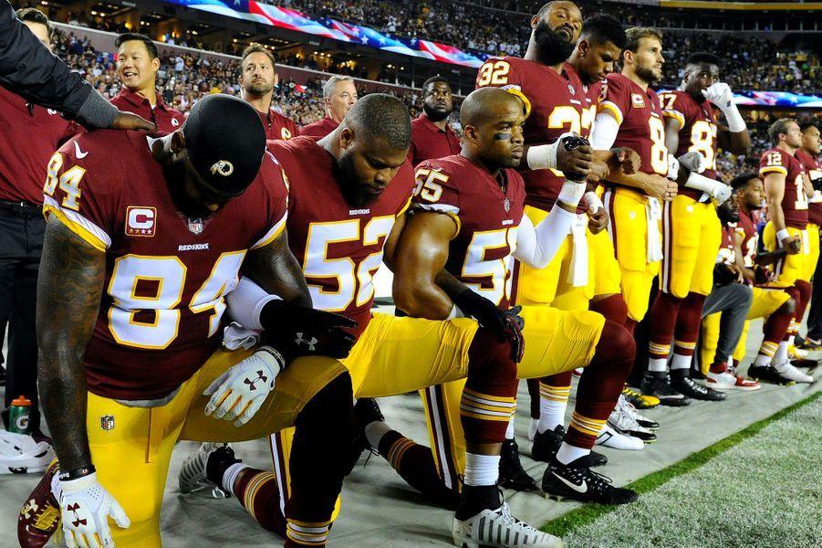 Les joueurs des Washington Redskins s'agenouillent, le 24 septembre 2017.