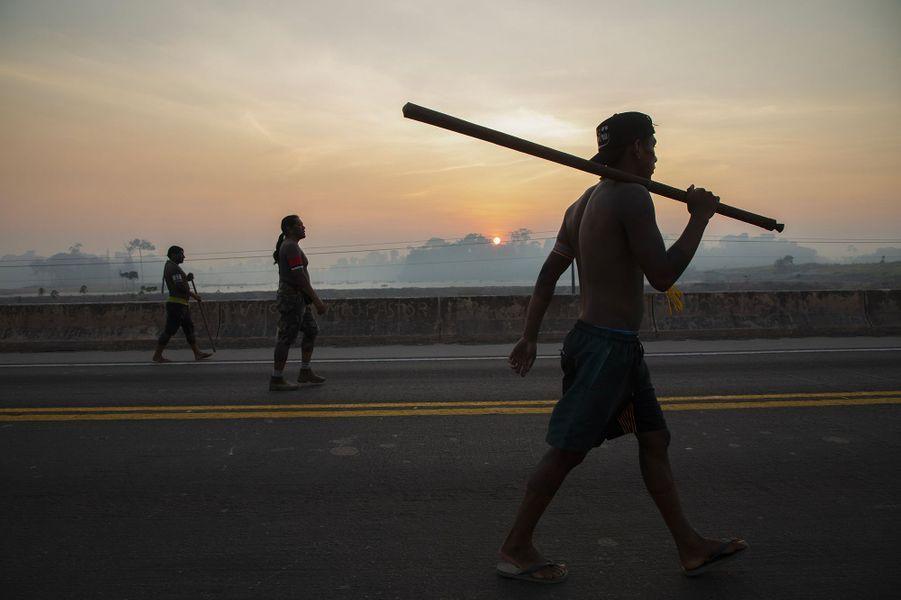 Les Kayapo ont bloquéla BR-163, principale artère d'acheminement des récoltes du fertile centre-ouest du Brésil vers les ports fluviaux de l'Amazonie,exigeantdavantage d'aide des autorités brésiliennes contre le coronavirus et l'arrêt des feux dans l'Amazonie.