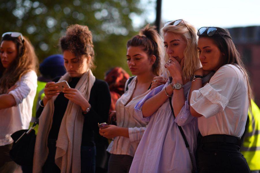 Des milliers de personnes ont voulu rendre hommage mardi soir aux victimes de Manchester.
