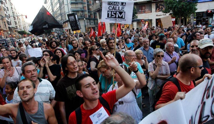Ces derniers jours, des manifestations se sont tenues dans plusieurs grandes villes du pays, s'opposant au projet d'inscription dans la constitution de l'obligation de voter un budget à l'équilibre, la fameuse règle d'or. Dépassant Madrid, des manifestations ont touché d'autres villes, comme ici Valence, dans l'est du pays.