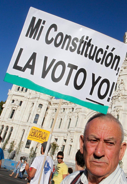 «La constitution, c'est moi qui la vote», peut-on lire sur cette pancarte d'un madrilène, qui réclame un référendum en lieu et place du vote au parlement décidé.