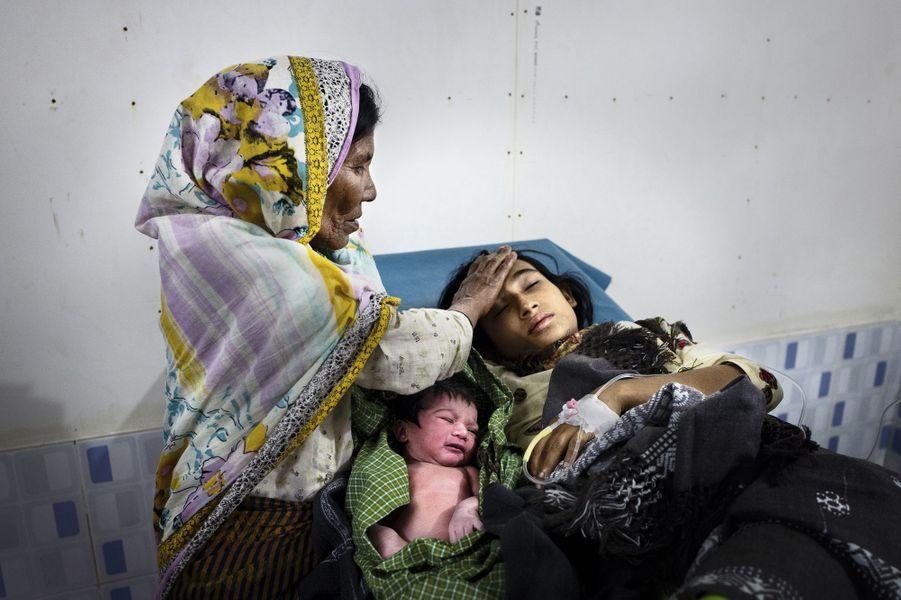 Une maternité de fortune, dans le camp de Kutupalong. A 20 ans, cette jeune femme donne naissance à son troisième enfant.