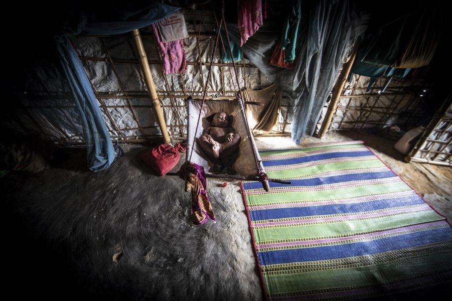 A 4 mois, il n'a encore jamais quitté cette tente. Minée par la honte, sa mère refuse de le montrer.