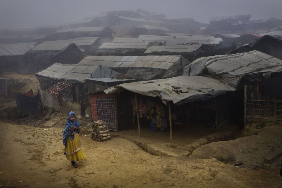 D'immenses camps de réfugiés ont essaimé le long de la frontière avec le Bangladesh. Les massacres d'août2017 ont fait plus de 10 000morts et contraint 700 000personnes à l'exil.