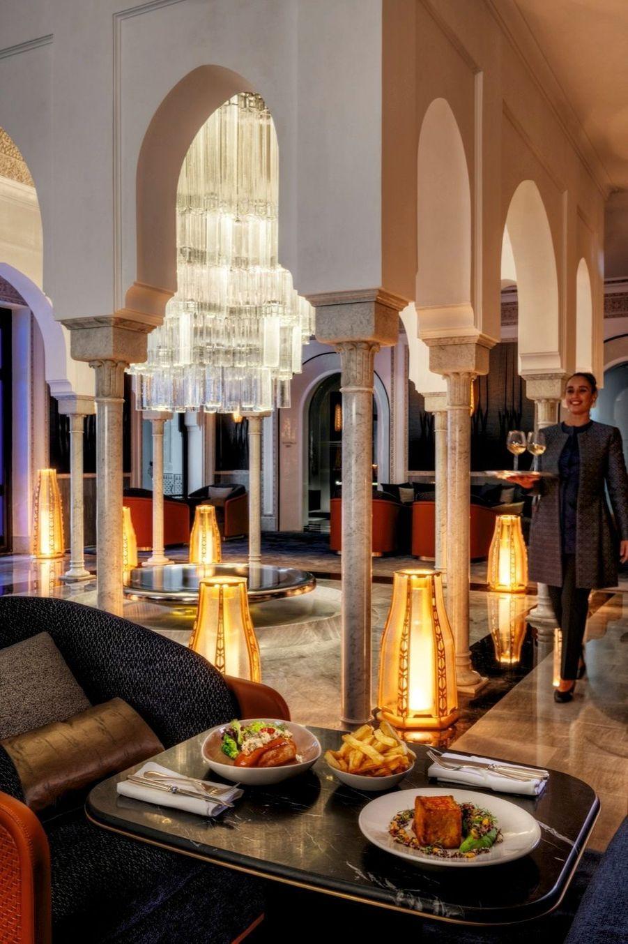 A droite du hall d'entrée, salon de thé sucré-salé de Pierre Hermé. Les lanternes plus modernes et le lustre monumental sont l'œuvre de Patrick Jouin et Sanjit Manku