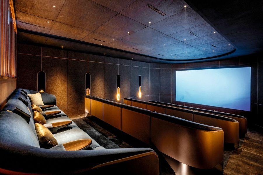 La nouvelle salle de cinéma, à côté du bar Le Churchill, rappelle que Marrakech organise chaque année son Festival international du film.