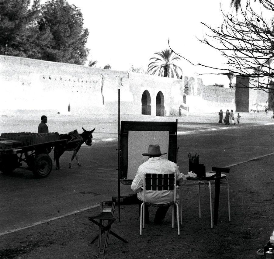 Janvier 1959. Winston Churchill à Marrakech, le plus célèbre des habitués. A gauche, l'ex-Premier ministre assouvit sa passion pour l'aquarelle, rue des Remparts à Marrakech, le 3 février 1959.