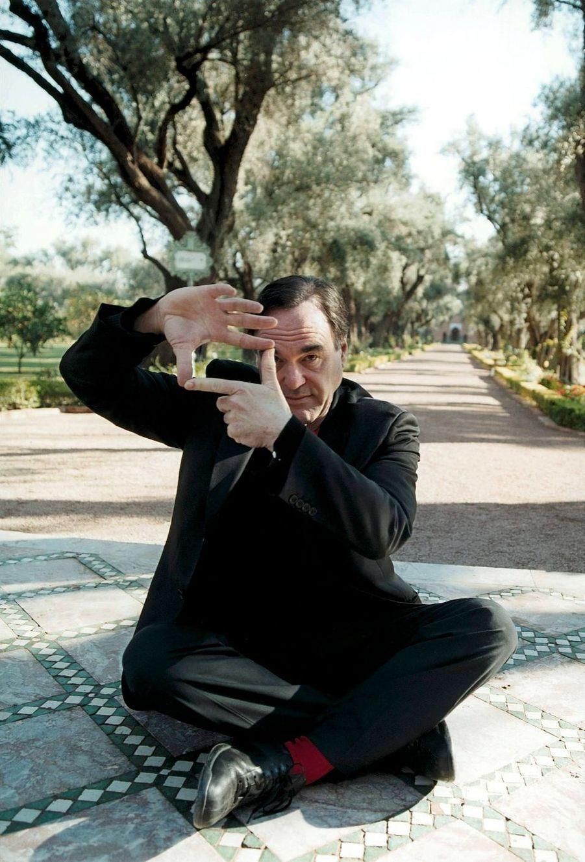 Le réalisateur Oliver Stone à la prise de vues. Dans les jardins, en 2004.