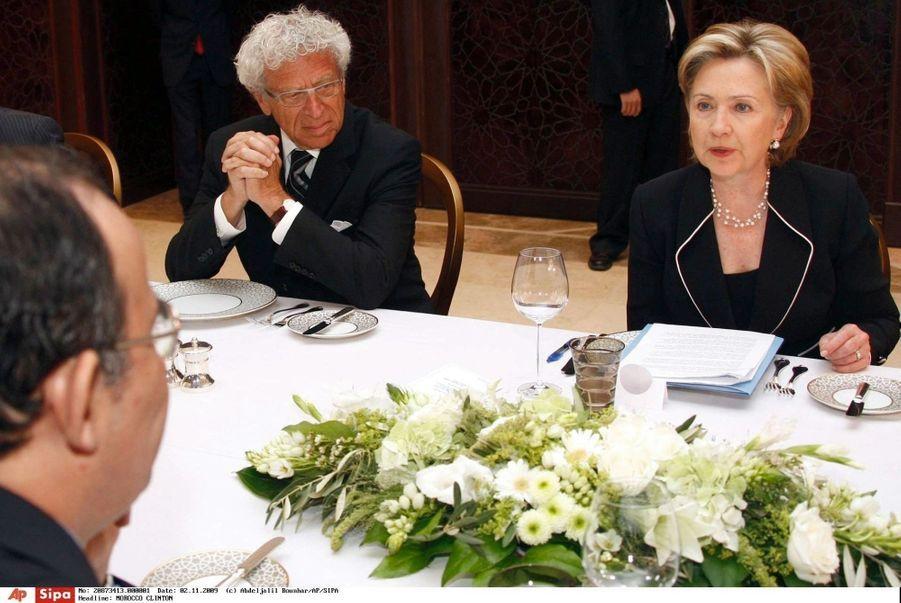 Hillary Clinton, secrétaire d'Etat sous la présidence Obama, à côté de l'ambassadeur américain Samuel Kaplan en 2009.