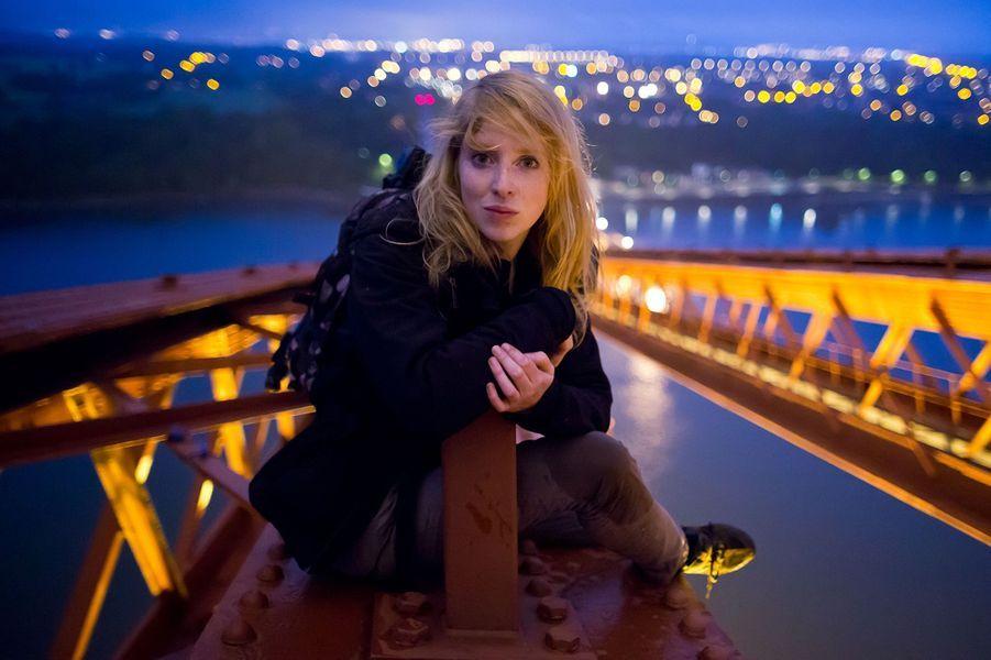 Lucinda Grange sur le Forth Rail Bridge à Queensferry, en Ecosse