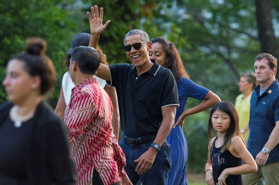 Barack et Michelle Obama avec leurs filles Malia et Sashavisitant le templedeTirta Empul en Indonésie, le 27 juin 2017.