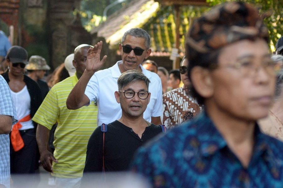 Barack Obama visitant letemple Borobudur en Indonésie, le 28 juin 2017.