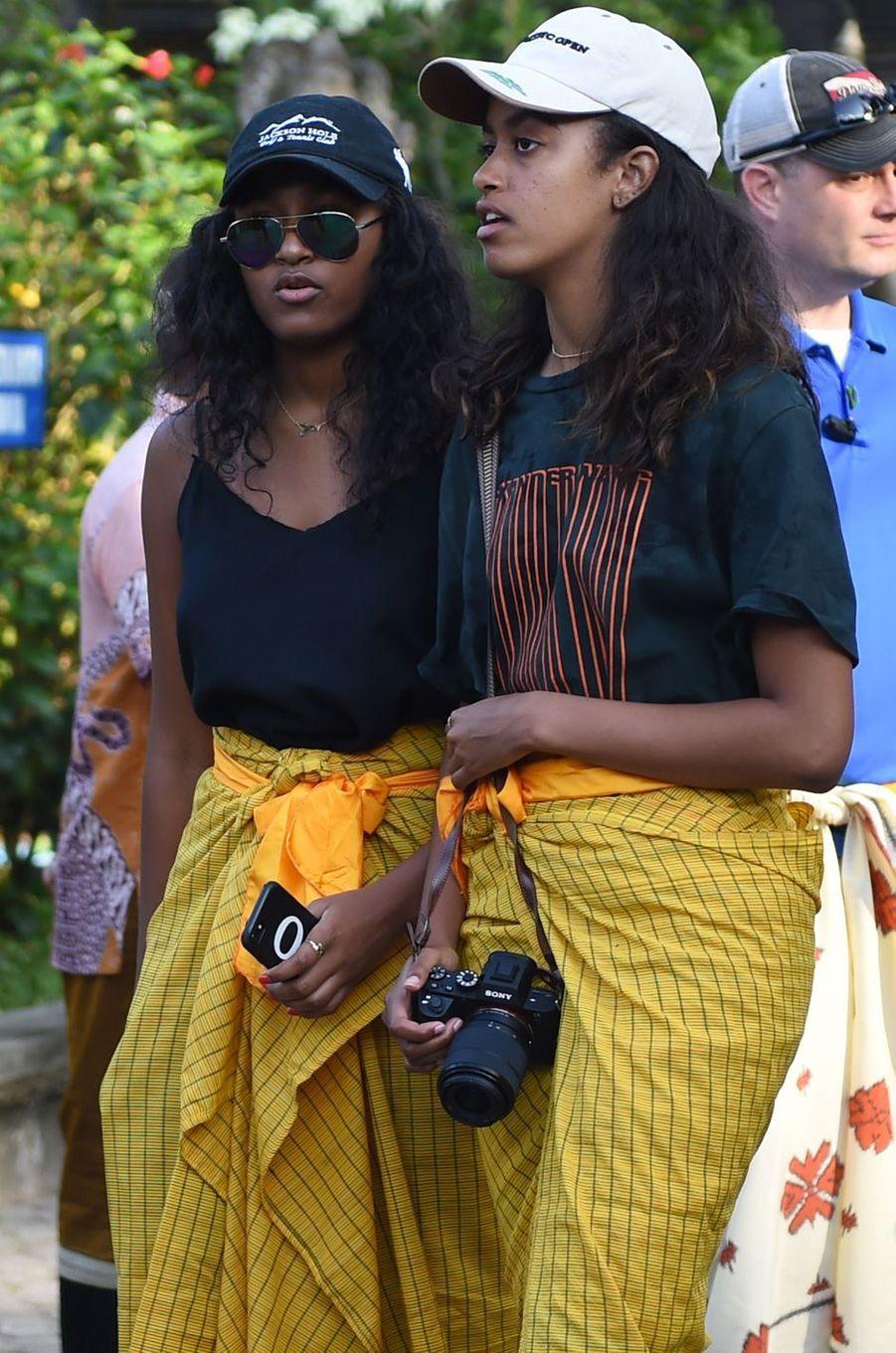 Sasha et Malia Obamavisitant le templedeTirta Empul en Indonésie, le 27 juin 2017.