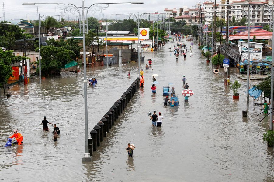 """Sur l""""île de Luzon, des milliers de personnes ont été bloquées par les inondations."""