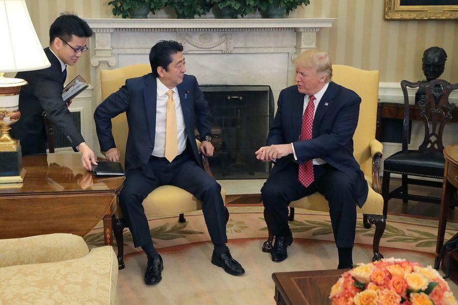 Après la poignée de main solide entre le Premier ministre japonais Shinzo Abe et Donald Trump dans le Bureau ovale, le 10 février 2017.