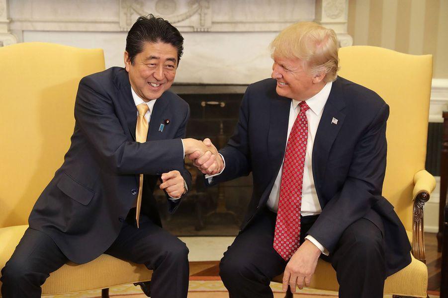 Poignée de main solide entre le Premier ministre japonais Shinzo Abe et Donald Trump dans le Bureau ovale, le 10 février 2017.