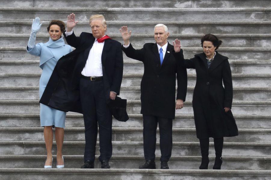 Melania Trump, Donald Trump, Mike Pence et Karen Pence soufflés par le décollage de l'hélicoptère transportant Barack Obama, le 20 janvier 2017.