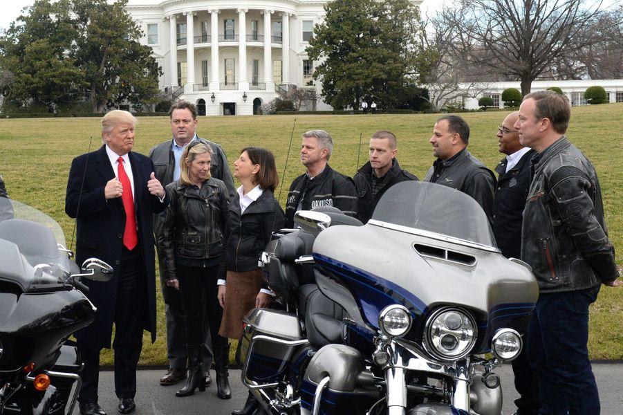 Donald Trump et des motards devant la Maison Blanche, le 2 février 2017.