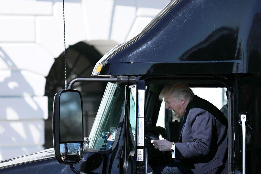 Donald Trump à bord d'un camion à la Maison Blanche, le 23 mars 2017.