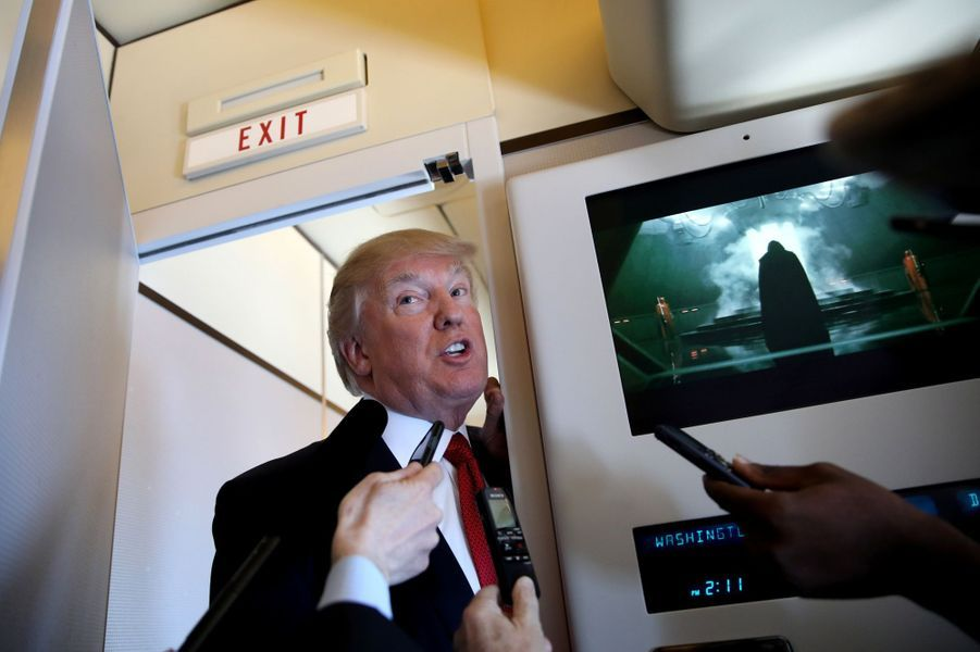 Donald Trump parle à bord d'Air Force One alors que Dark Vador apparaît dans «Rogue One», le 6 avril 2017.